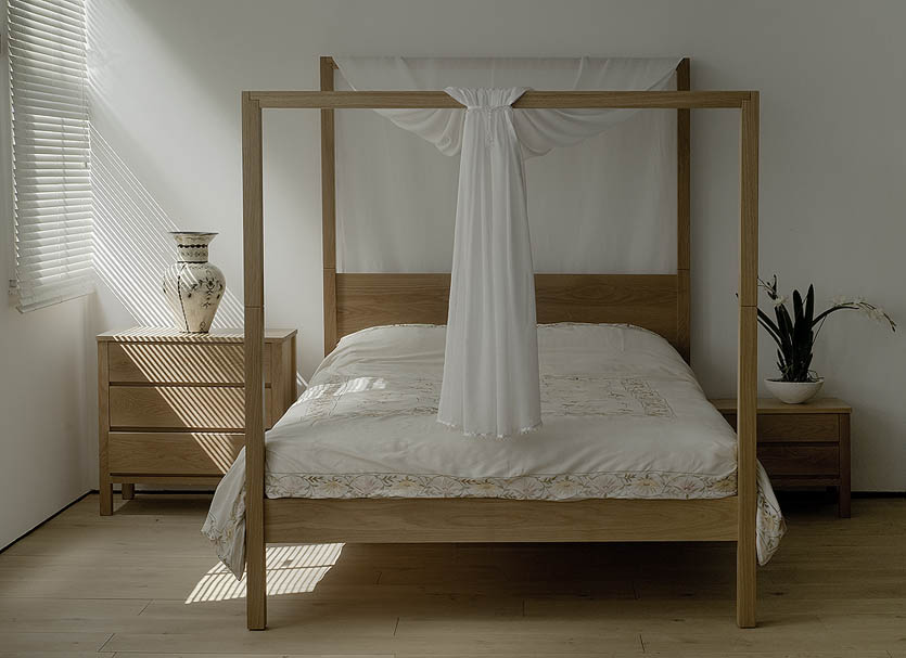 A romantic bedroom look for our Oak Oasis solid wooden 4 poster bed with Oak bedsides