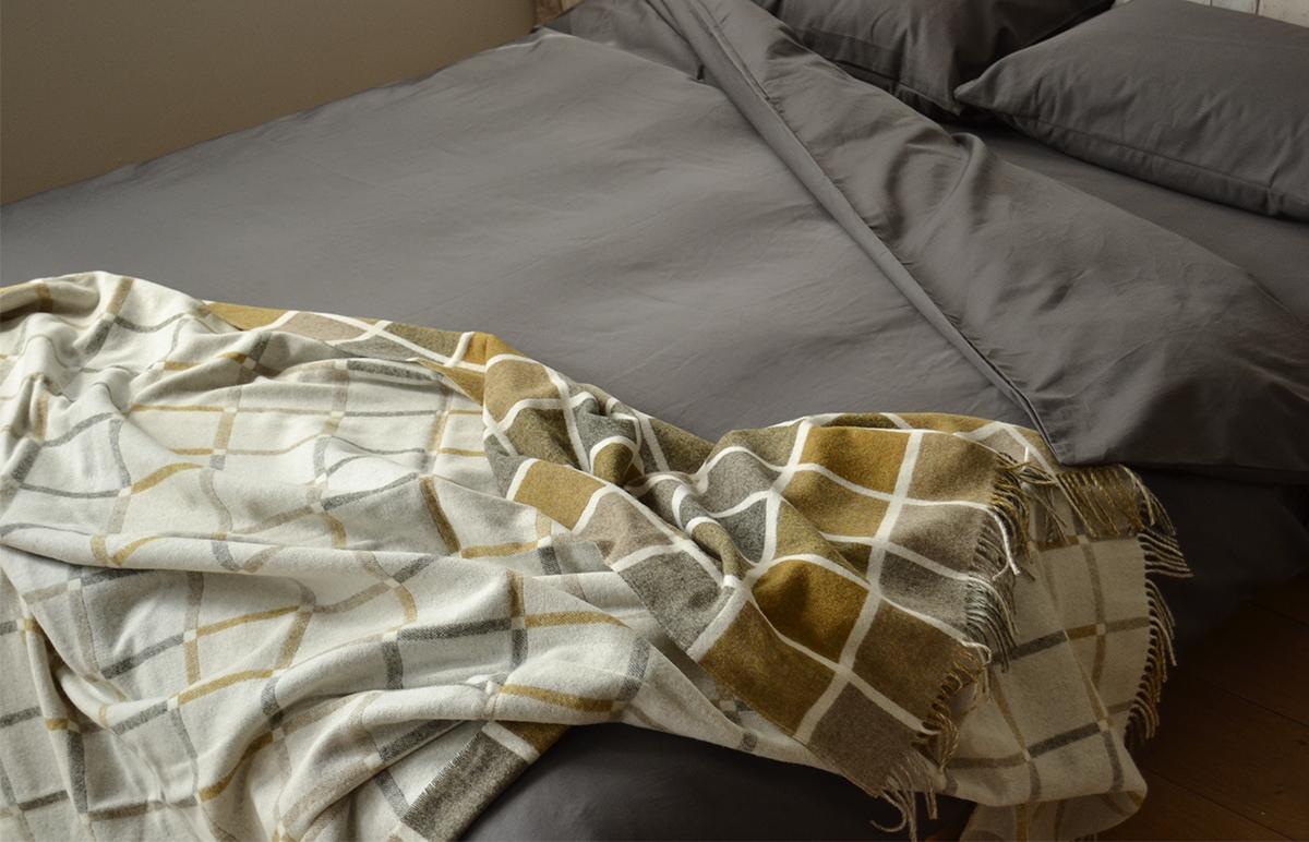 1000tc bedding & mustard throw