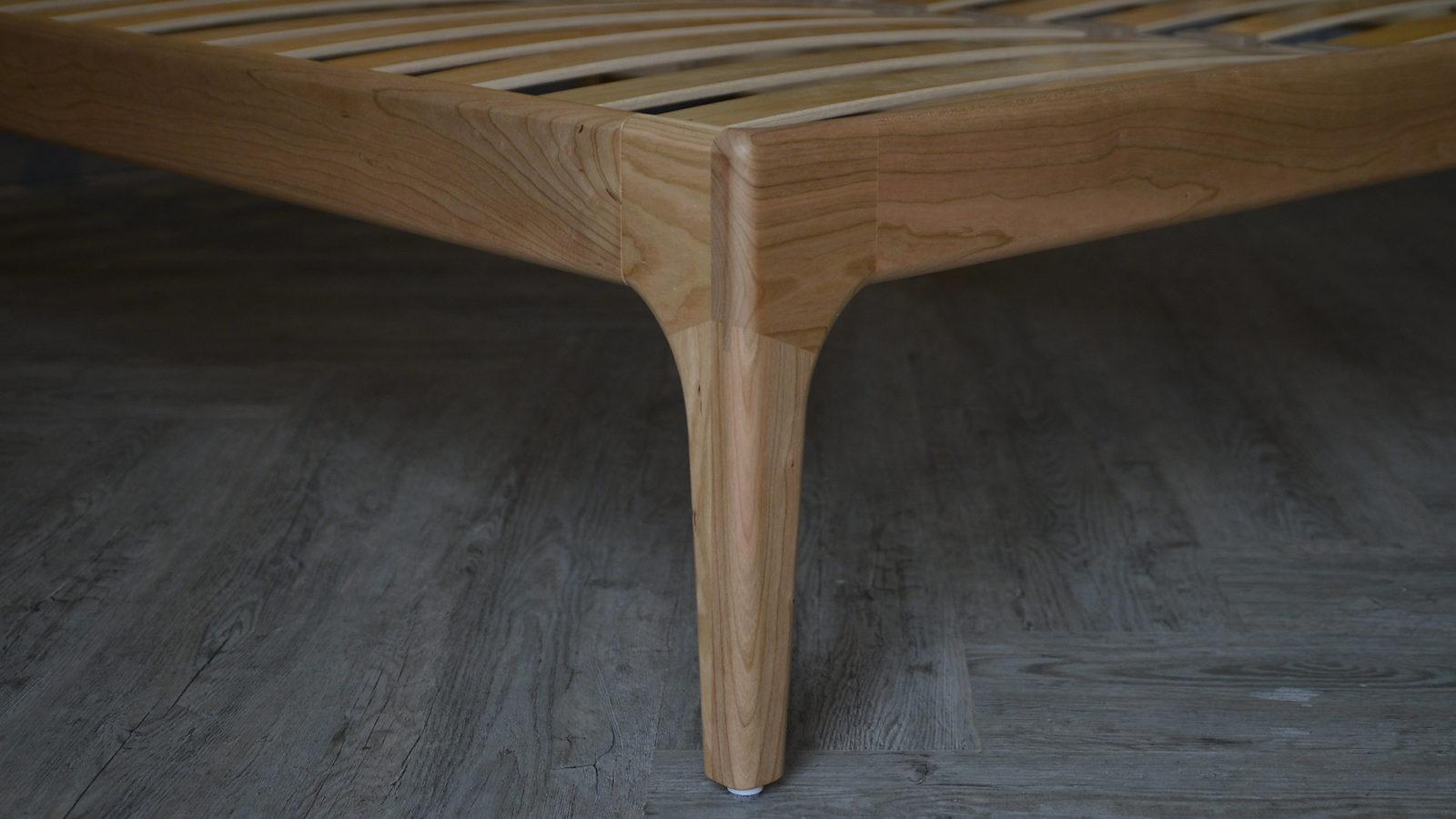 Camden solid wooden bed - leg detail image