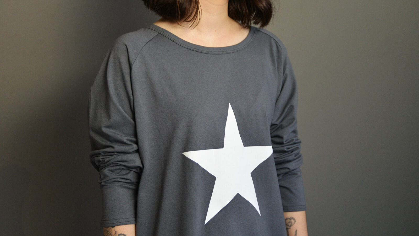 grey long sleeve jersey top with star print