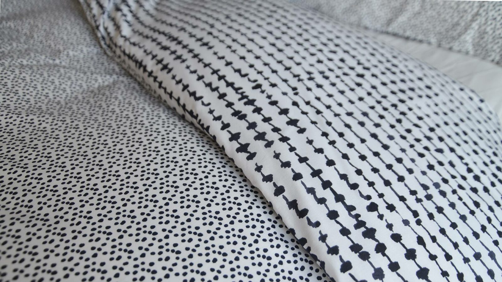Closer view of the pretty pattern to the black and white reversible duvet cover set