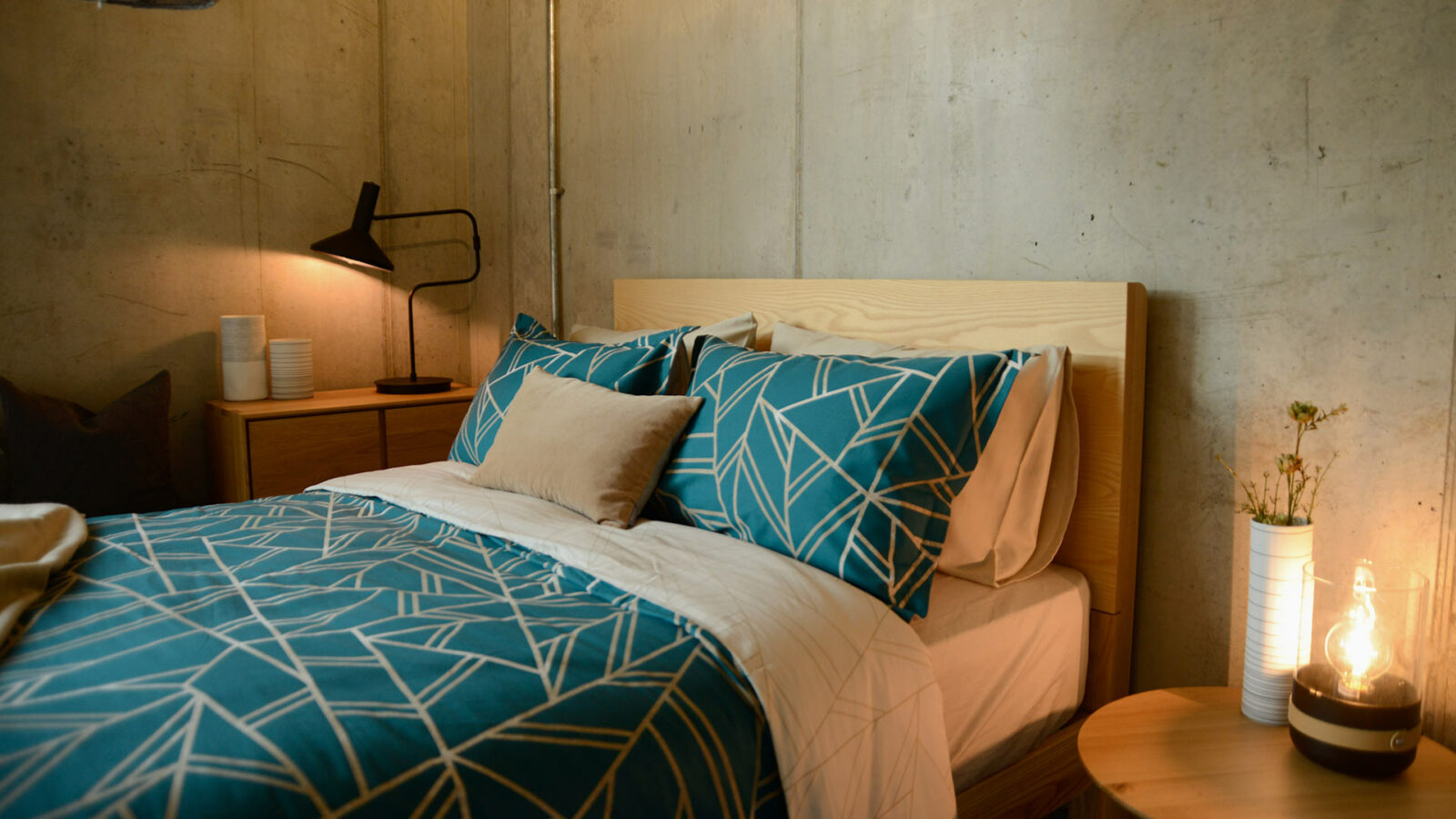 Shards pattern duvet set in teal green with ivory reverse