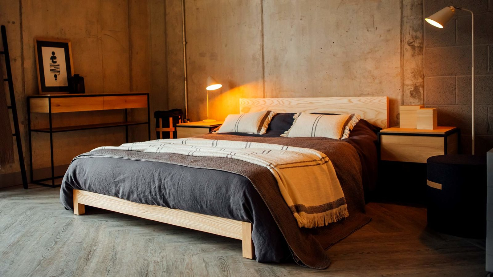low wooden sonora bed in ash with slate-linen-bedding for a Nordic look