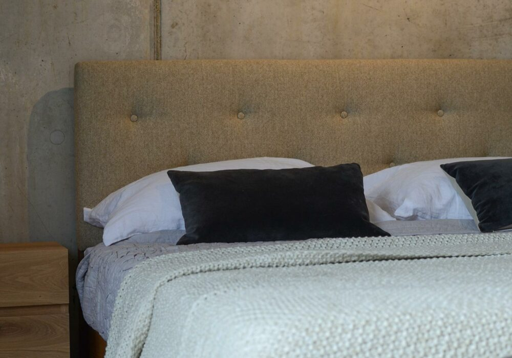 Arran bed upholstered and buttoned headboard in Parquet wool fabric
