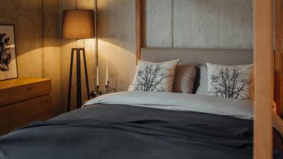 black bedding - on 4 poster bed