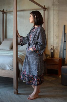 black-sprig-pattern-kimono-side-portrait