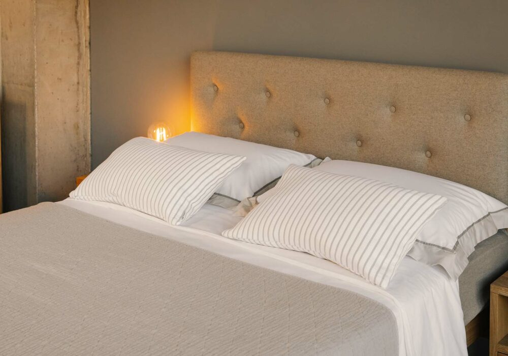 buttoned and upholstered headboard of Bloomsbury bed in Kingsize