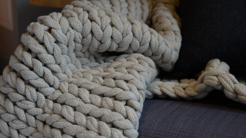 chunky-knitted-throw-main-detail