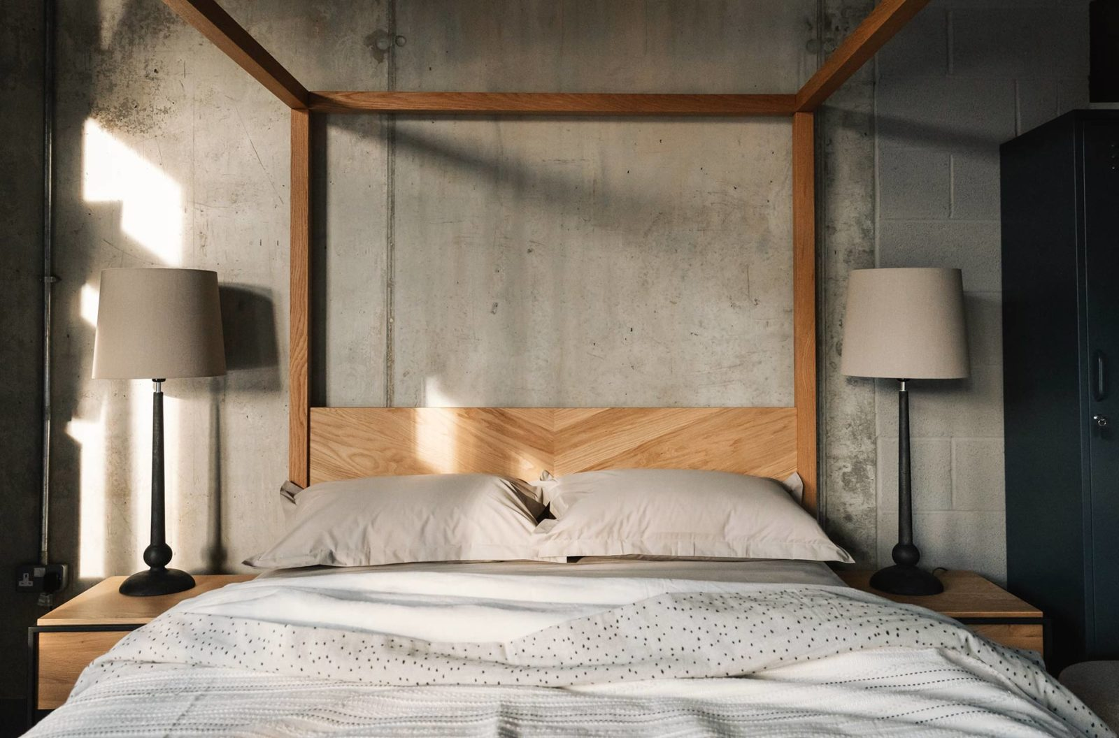 Neutral bedroom scheme - Easycare polycotton bedding on Oak Kelham Four Poster bed