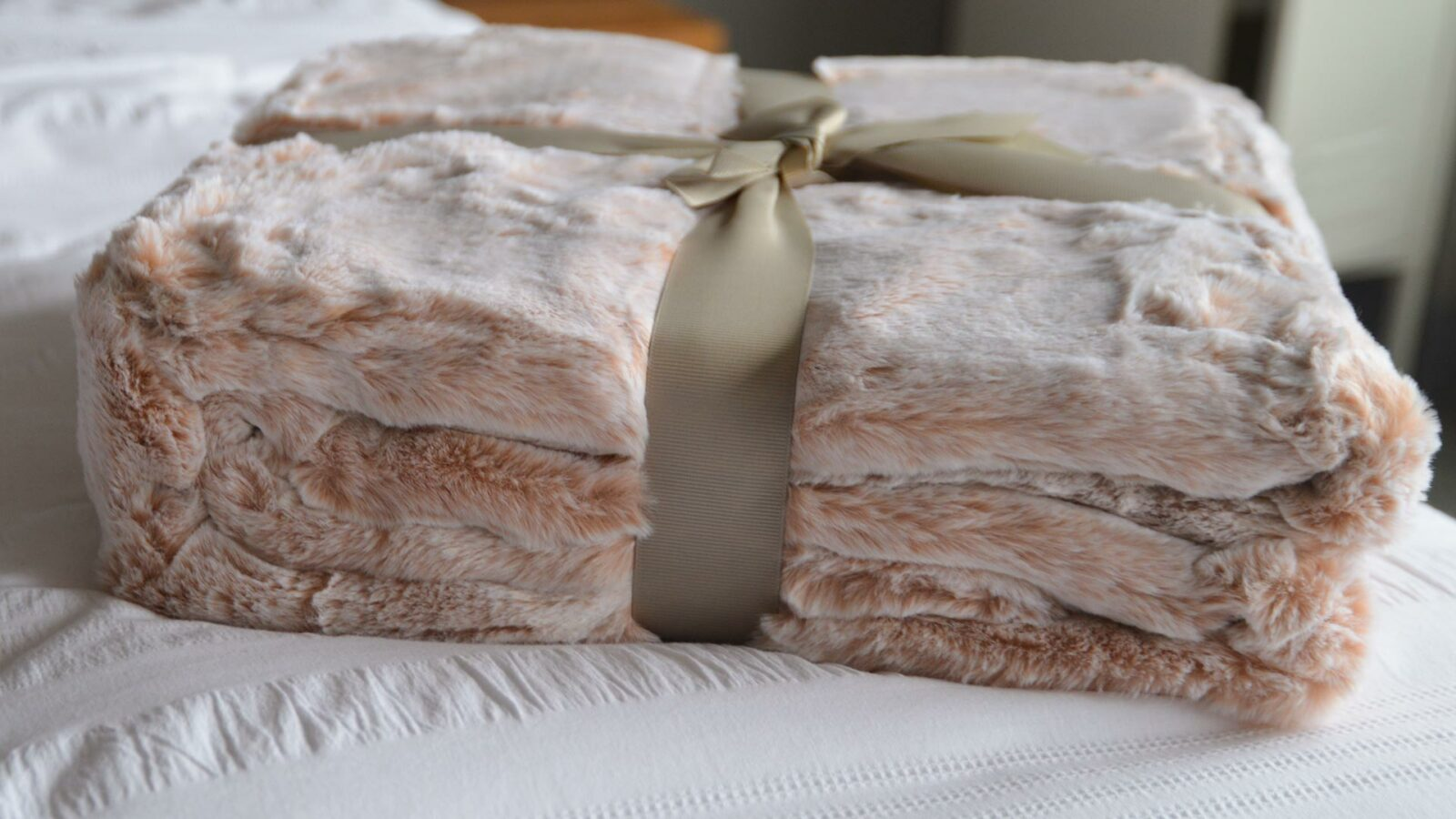 Soft faux fur throw in frosted blush pink