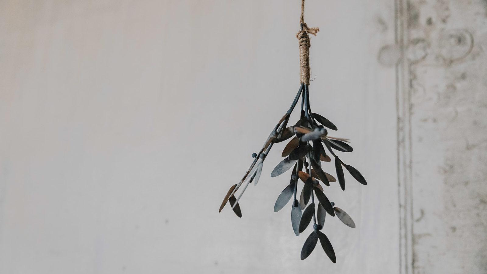 metal-xmas-decoration-mistletoe