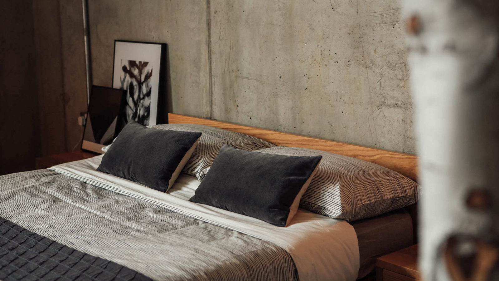 painted-stripe-bedding-and-velvet-cushions-on-oak-kyoto