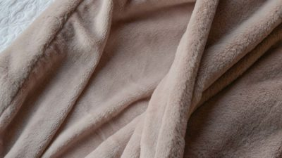 plush-faux-fur-throw-dusty-pink-close-up