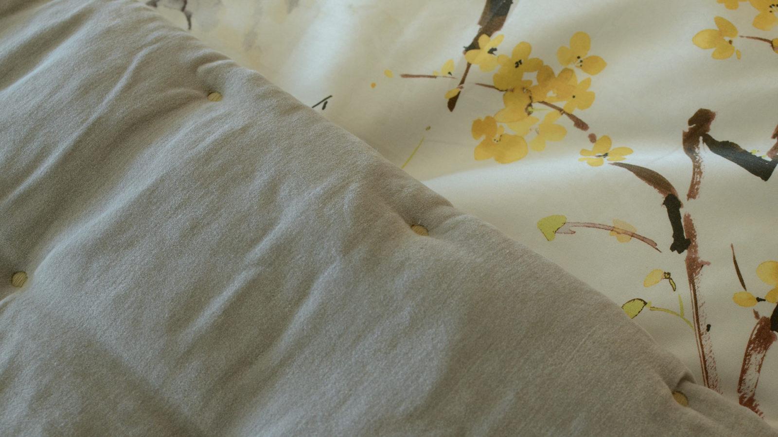 silver-grey-velvet-quilt
