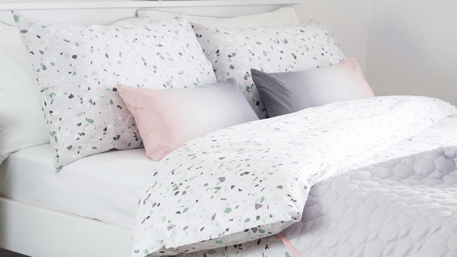 terrazzo-bedding-with-ombre-pink-cushions