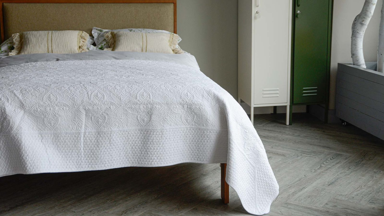 classic white stitched pattern quilted bedspread