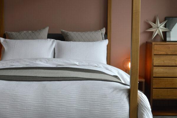 white ripple duvet-set on Highland wooden 4 poster bed