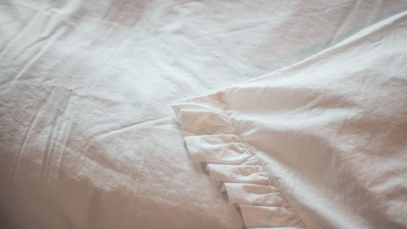 white-ruffle-cotton-bedding-close-up